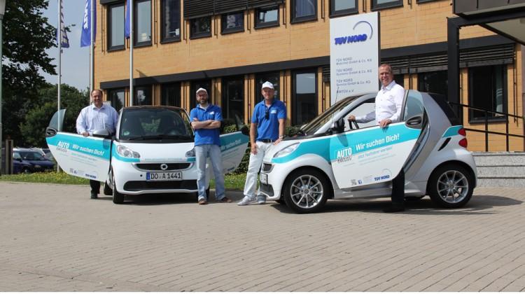 Von links: Thomas Zwick (TÜV NORD Mobilität,Teamkoordinator Autohaus u. Werkstatt), Benjamin Rill (Auto Exklusiv),